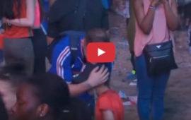 Bambino portoghese e tifoso francese si abbracciano