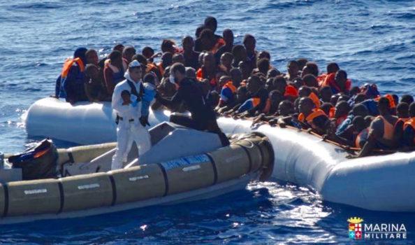 Oltre 100 migranti su un gommone in attesa di soccorso
