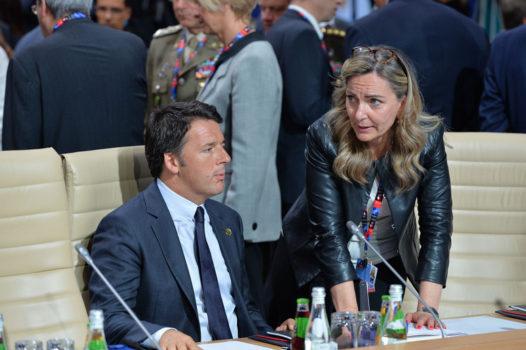 Il premier Matteo Renzi a Varsavia. Alle sue spalle si riconoscono il ministro della Difesa Roberta Pinotti e il capo di stato maggiore della Difesa, generale Claudio Graziano