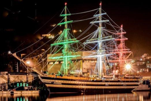 Nave Amerigo Vespucci illuminata con le luci del Tricolore (Foto Marina Militare)