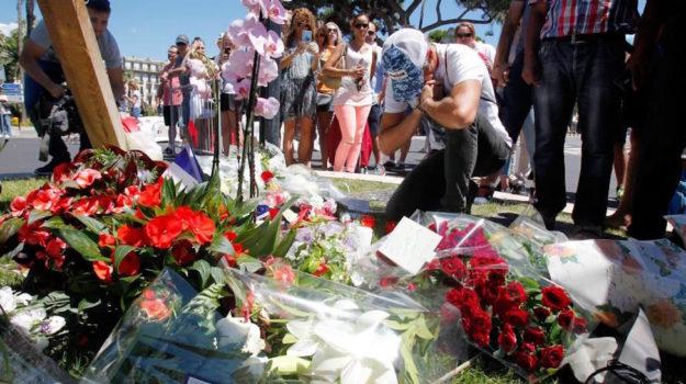 Incessante processione sulla Promenade des Anglais sul luogo della strage del 14 luglio