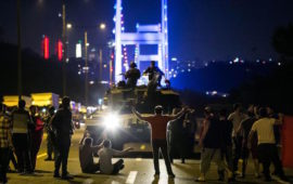 Sostenitori di Erdogan davanti ai mezzi blindati su un ponte del Bosforo a Istanbul nella notte tra il 15 e 16 luglio