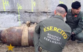Artificieri dell'Esercito durante la rimozione di una bomba inesplosa (Foto Esercito Italiano)
