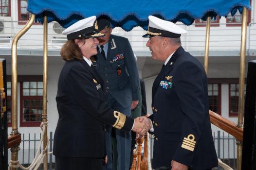 L'arrivo a bordo del contrammiraglio norvegese Elisabeth Natvig, capo dipartimento al Ministero della Difesa di Oslo, accolta dal comandante Pacifici