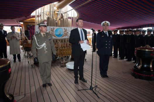L'ambasciatore Giorgio Novello (al centro) sul cassero di Nave Vespucci. Alla sua sinistra il comandante del Vespucci Curzio Pacifici. Ai lati i cadetti dell'Accademia Navale