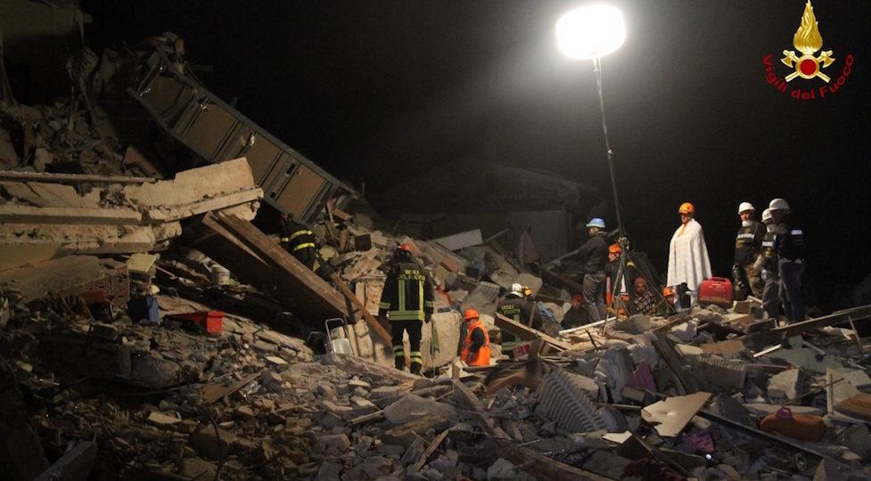 Senza sosta la ricerca di persone sepolte dal terremoto ad Amatrice