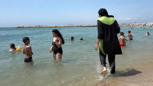 Una donna musulmana con il burkini su una spiaggia di Marsiglia