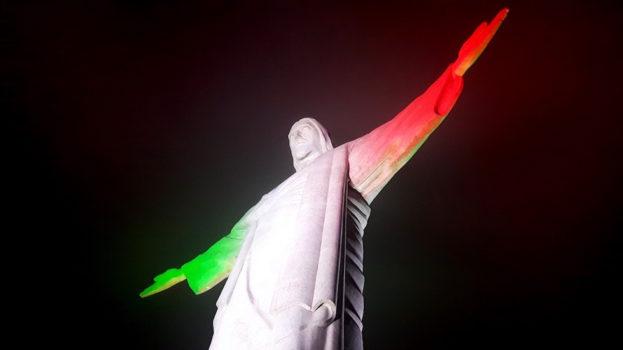 La statua del Cristo Redentore a Rio de Janeiro illuminata con il Tricolore italiano