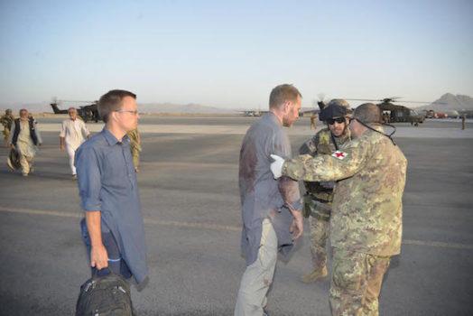 L'arrivo dei feriti all'aeroporto di Herat