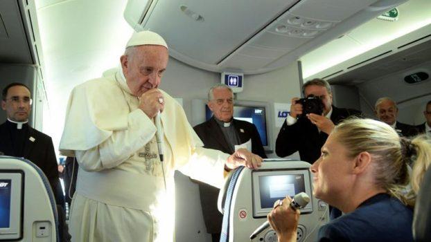 Papa Francesco sul volo di ritorno da Cracovia incontra i giornalisti