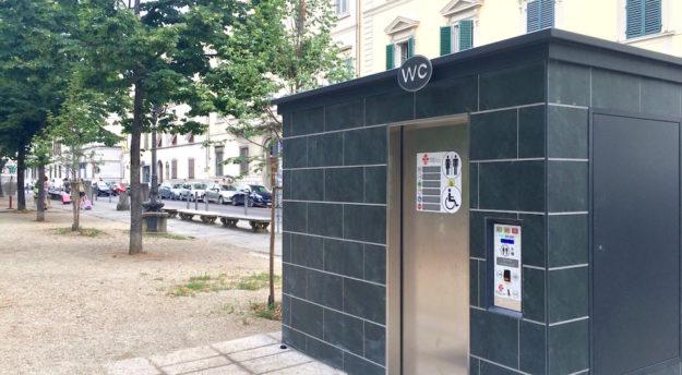 Un bagno pubblico in piazza Indipendenza a Firenze