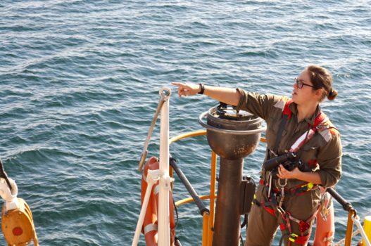 Un'allieva dell'Accademia Navale durante la navigazione su Nave Vespucci