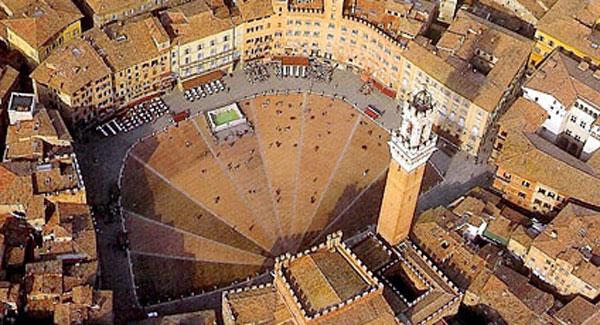 Una veduta di piazza del Campo a Siena
