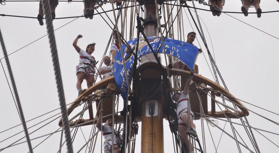 Gli allievi del corso Ateires sugli alberi di Nave Vespucci