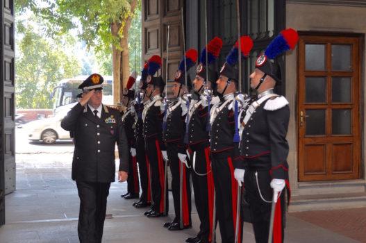 Il generale Ciceri al suo arrivo alla caserma Baldissera