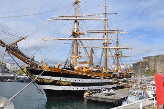 Nave Vespucci ormeggiata a Brest