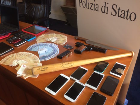 Materiale sequestrato ai cinque arrestati