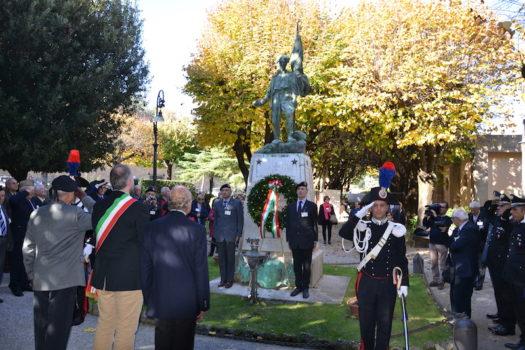 Le autorità davanti al monumento ai Caduti