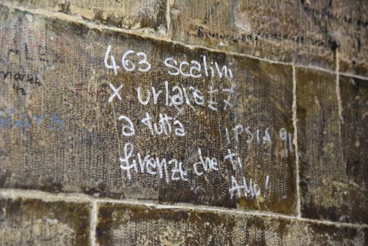 Un graffite lungo la parete del campanile di Giotto
