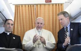 Papa Francesco sull'aereo di rientro dalla Svezia