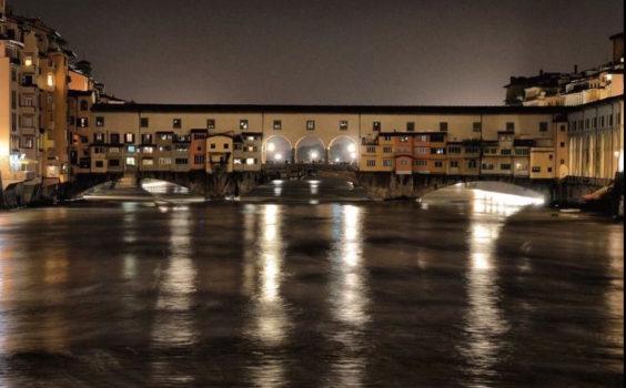 L'Arno in piena sotto il ponte Vecchio a Firenze