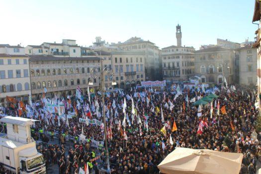 La folla in piazza Santa Croce a Firenze al comizio della Lega