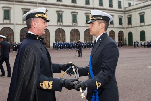 L'ammiraglio Girardelli consegna la sciabola d'onore al guardiamarina Pratellesi