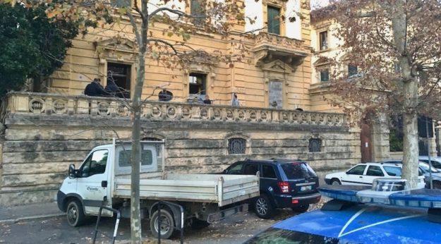 Si murano porte e finestre di Villa Banti dopo lo sgombero
