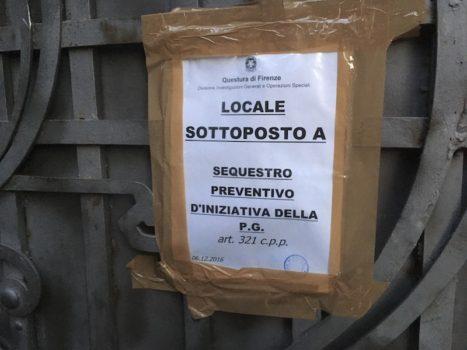 Il cartello della Digos sul cancello di Villa Banti