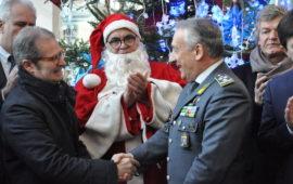 Il generale Toschi saluta Paolo Bacciotti. Al centro Pantaleo Corvino vestito da Babbo Natale