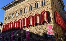 La facciata rinascimentale di Palazzo Strozzi a Firenze durante la mostra di Ai Weiwei