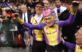 Robert Marchand festeggiato alla fine della sua gara