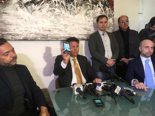 Antonio Lanzilli (Siulp) mostra le immagini di scritte diffamatorie contro il collega di Firenze