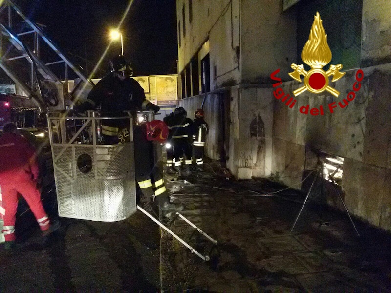 L'autoscala dei Vigili del Fuoco sul luogo dell'incendio