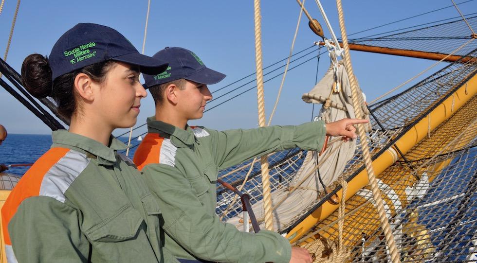 Due giovanissimi allievi della Scuola Navale Morosini durante una campagna estiva in mare (Foto OsservatoreLIbero.it)