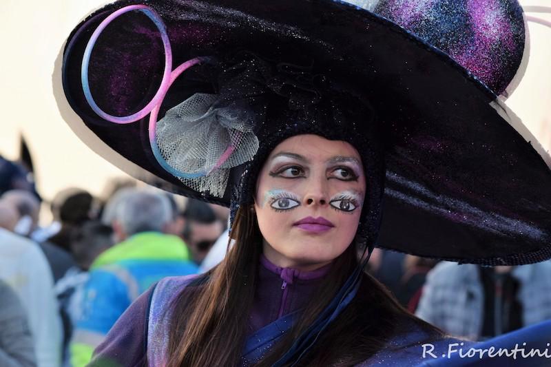 Una figurante durante le sfilate del Carnevale di Viareggio 2017 (Foto Riccardo Fiorentini)