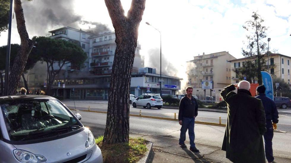 L'incendio in viale Europa (foto Riccardo Maremmi)