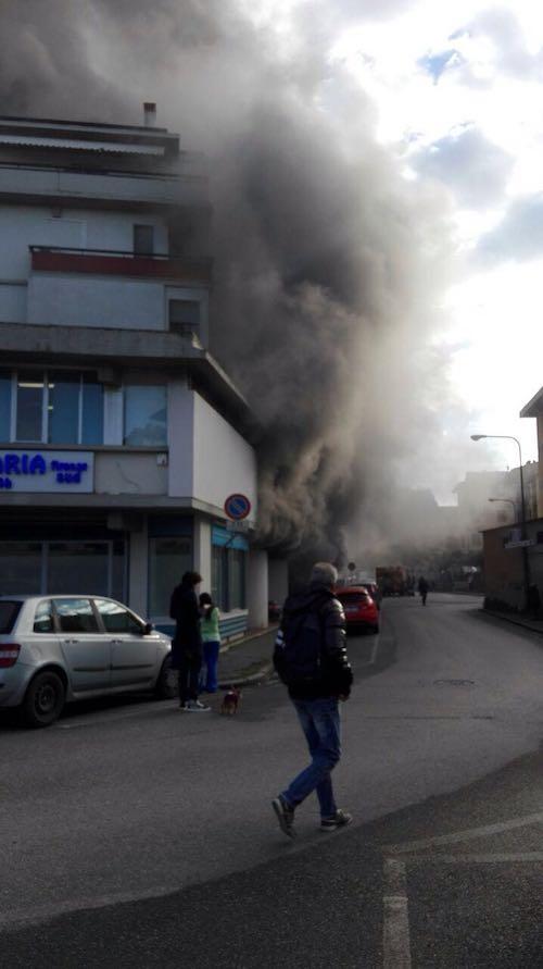 Un particolare dell'incendio in viale Europa (foto Riccardo Maremmi)