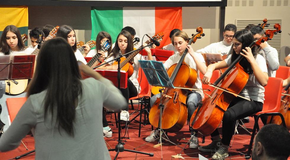 L'orchestra della Scuola Paolo Uccello durante il concerto