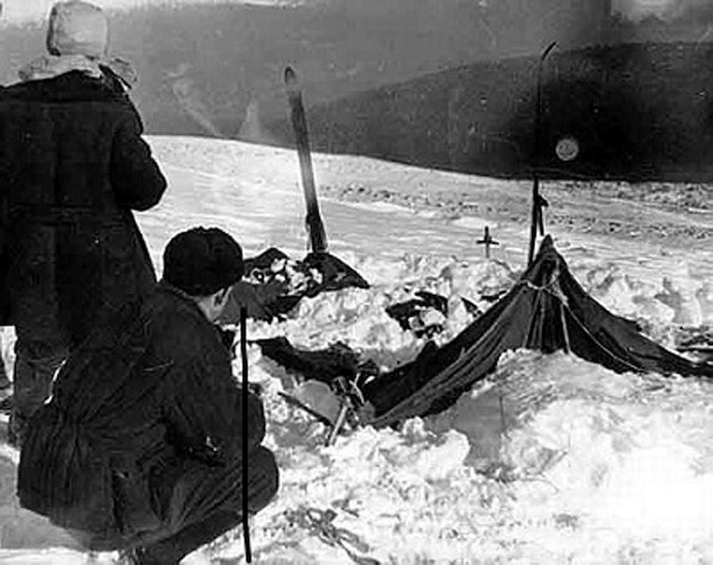 resti della tenda sul passo Dyatlov dove morirono misteriosamente i nove escursionisti