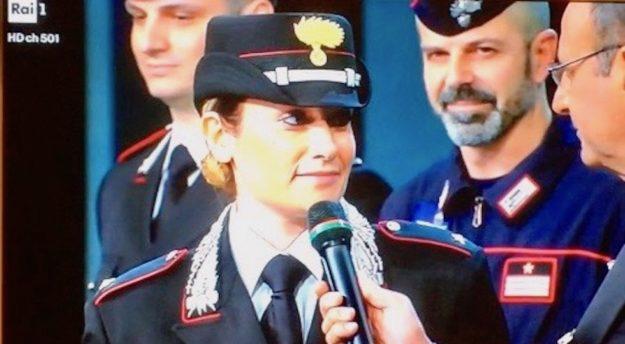 Carlo Conti intervista un ufficiale dei Carabinieri nella serata finale di Sanremo 2017