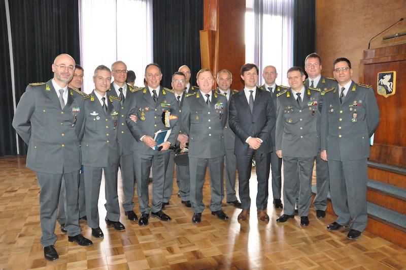 Il generale Carbone e i comandanti provinciali della Toscana della GdF con il sindaco di Firenze Dario Nardella