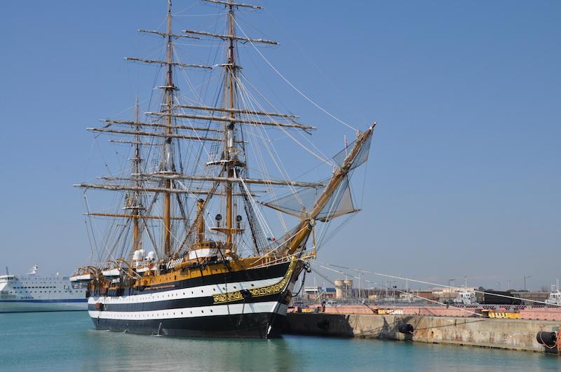 Nave Vespucci nel porto di Civitavecchia