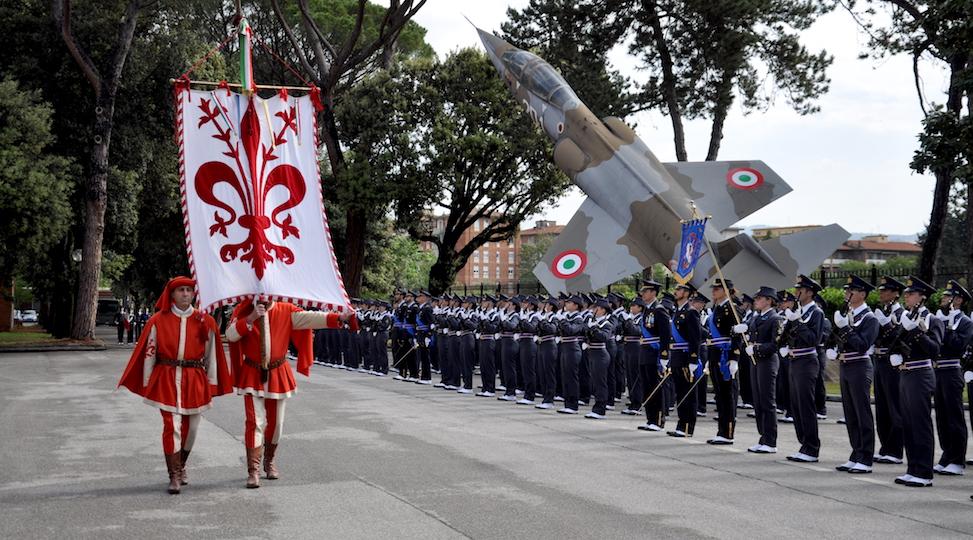 Il gonfalone della città di Firenze sfila davanti agli allievi della Scuola Douhet