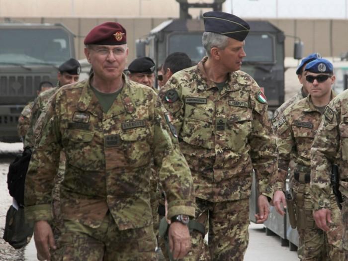 Il generale Marco Bertolini (a sin.) durante una visita a un contingente italiano all'estero