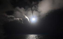 Un missile tomahawk lanciato da un cacciatorpediniere Usa nel Mediterraneo (Foto U.S. Navy)