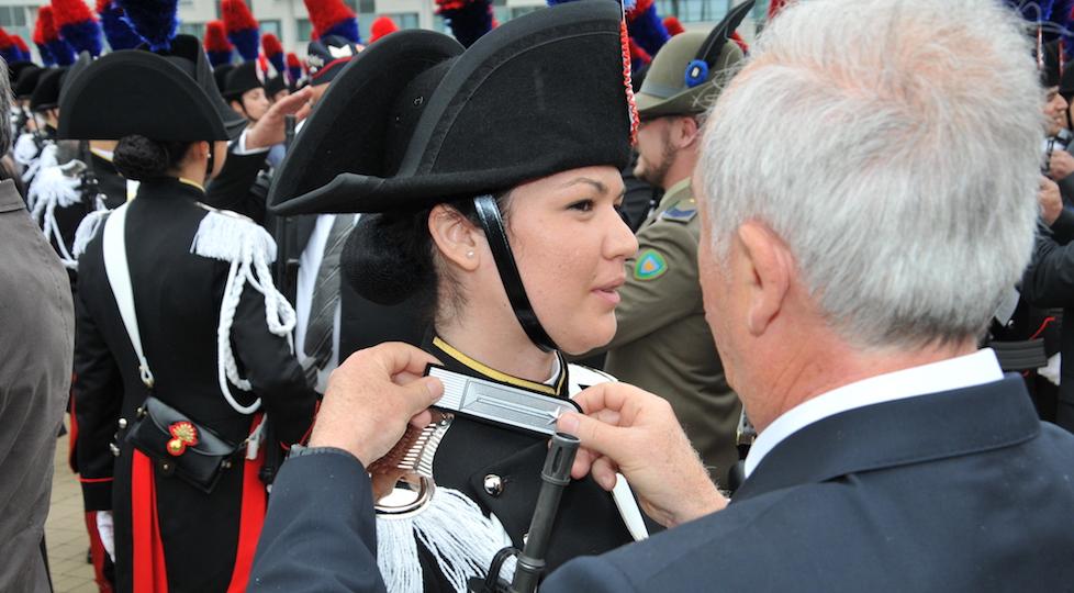 Un familiare appone l'alamaro dell'Arma sulla giacca di una neo allieva maresciallo