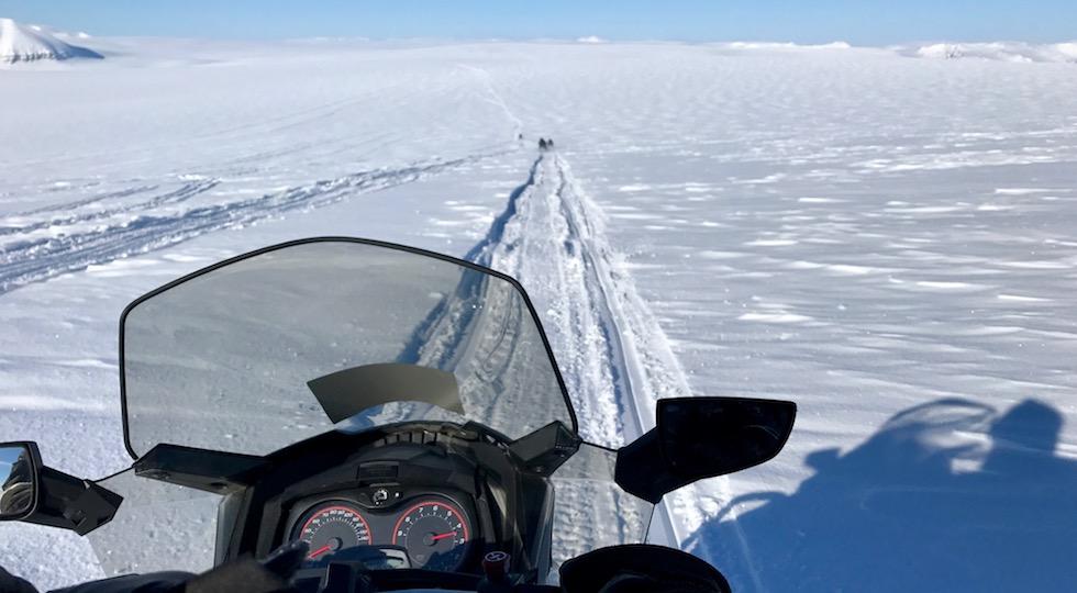 In motoslitta sul mare ghiacciato alle Isole Svalbard