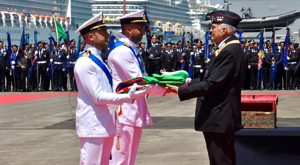 Il generale Libero Lo Sardo (presidente Ass Carabinieri) consegna la bandiera di combattimento al Capitano di Fregata Francesco Pagnotta, comandante di Nave Carabiniere