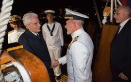 Il presidente Mattarella saluta il comandante di Nave Vespucci Angelo Patruno